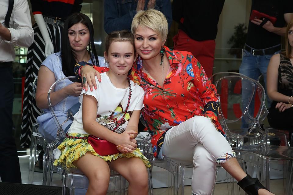 Катя Лель вместе с дочкой на КМВ заметили летающую тарелку