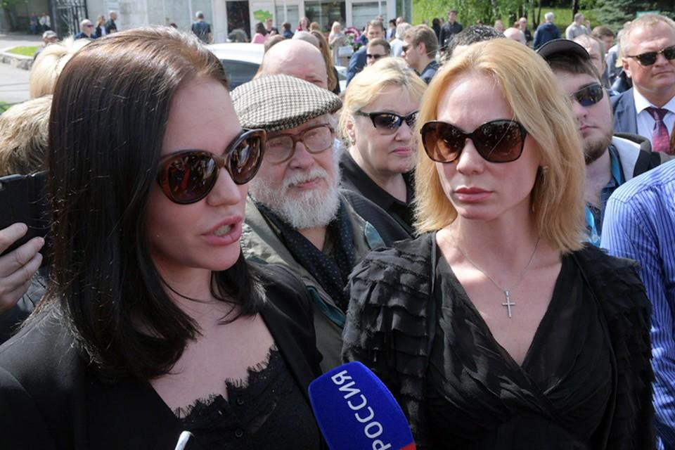 Ксения и Екатерина рассказали, что не по их вине в воскресенье, 12 мая, были перенесены похороны журналиста