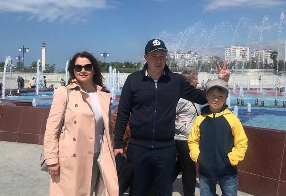 Губернатор Севастополя с семьей в обновленном парке Победы. Фото со страницы Facebook.