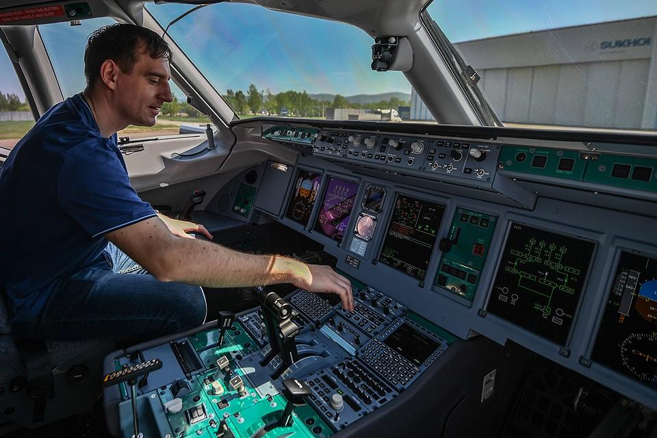 """Комсомольск-на-Амуре. В кабине пилота самолета """"Сухой Суперджет"""" перед перед показательным полетом."""