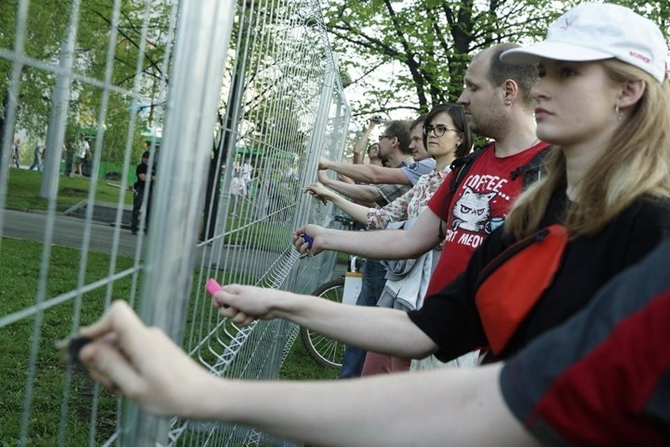 Люди, оборонявшие стройплощадку храма, за считанные минуты восстановили забор, порушенный защитниками сквера