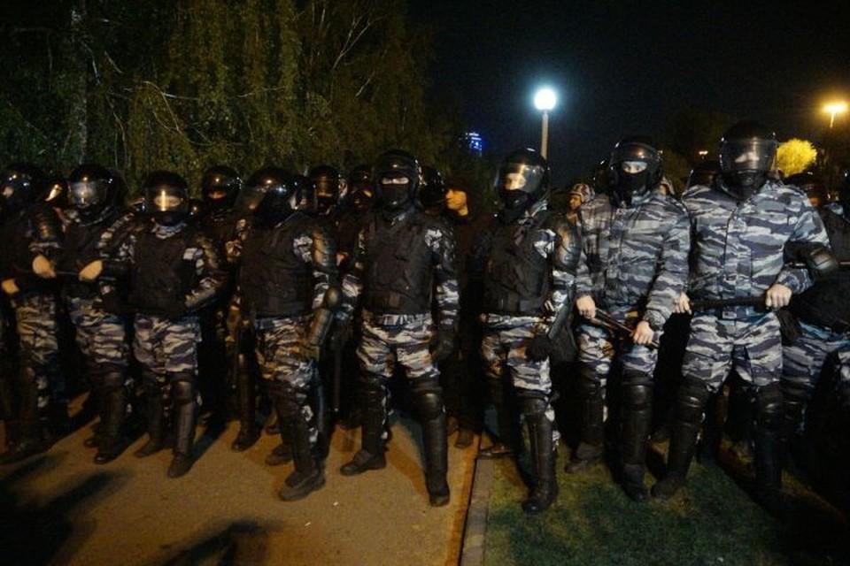 За порядком у сквера в ночь со вторника на среду следили полицейские, Росгвардия и ОМОН.