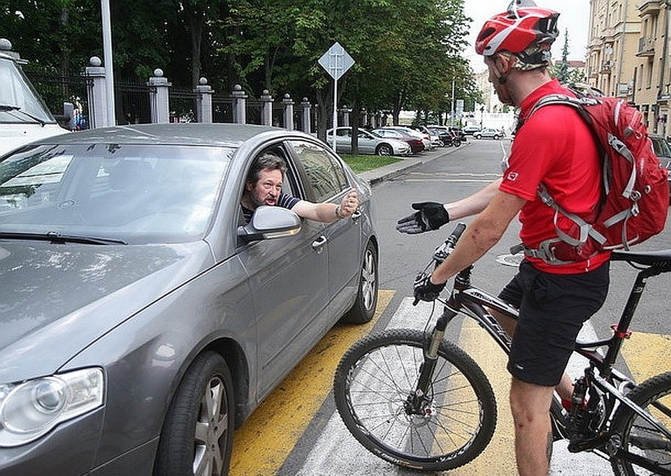 Велосипедист переезжал дорогу на велосипеде.