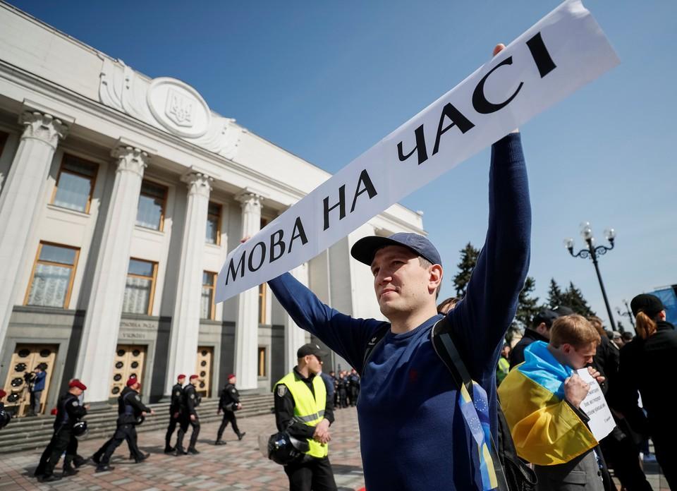 Закон обязывает использовать украинский язык во всех социальных сферах жизни