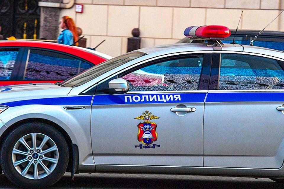 Пока коллеги Сергея вышли из автомобиля, чтобы проверить у граждан документы, он остался в машине