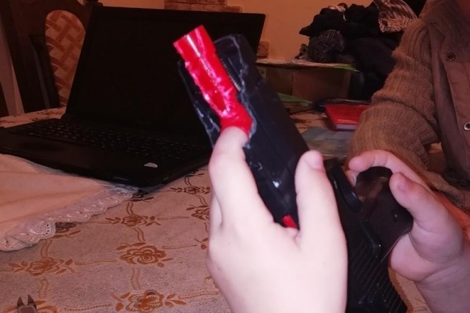 5-летний ребенок сломал палец, зажав его в пистолете. Фото: МЧС