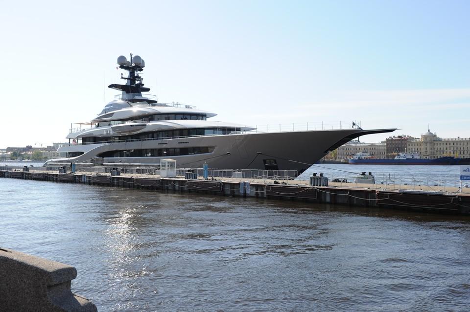 95-метровая мегаяхта - одна из самых дорогих в мире - пришвартовалась на Английской набережной в Петербурге.