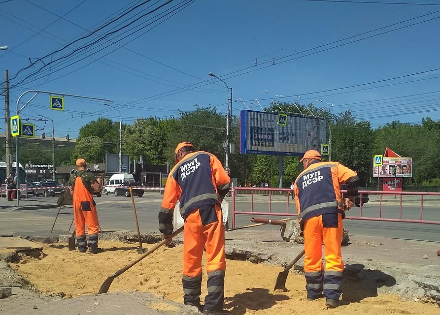 4688b6b90dd В центре Волгограда опять провалился асфальт на остановке