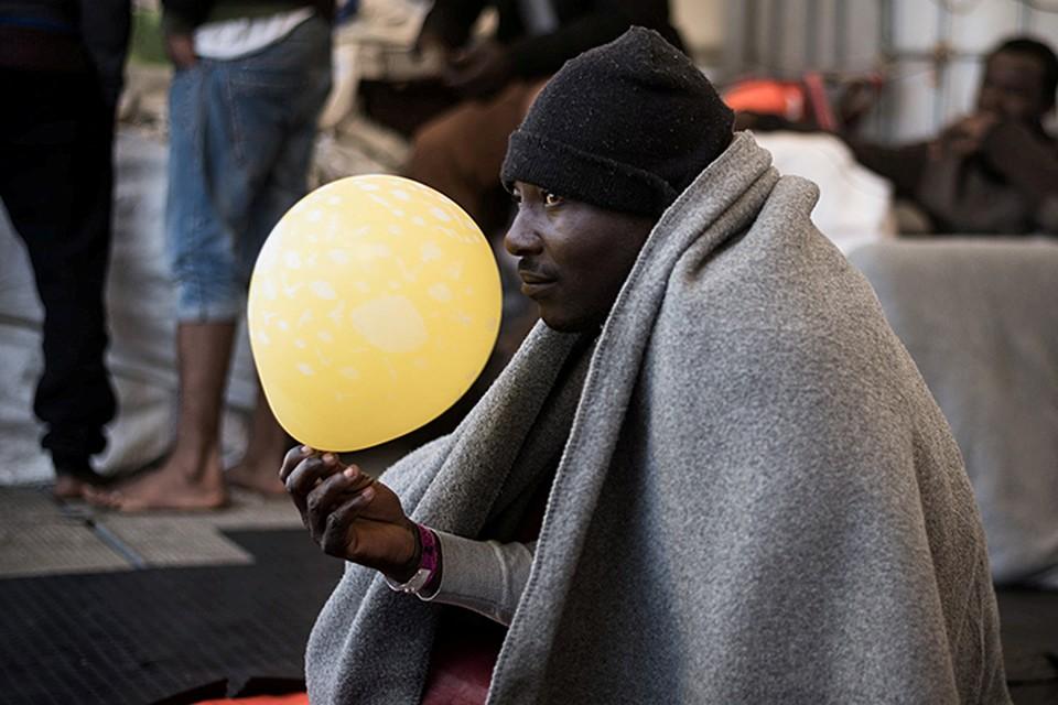 Несколько сотен бездомных заполонили терминал 2 с целью осудить постоянные высылки и обращение с ними