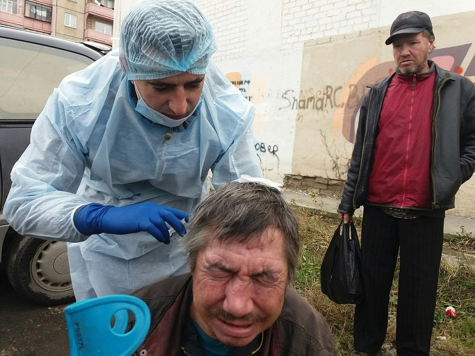 Доктор Женя по выходным лечит бродяг в Челябинске. Фото: проект «Другая медицина»