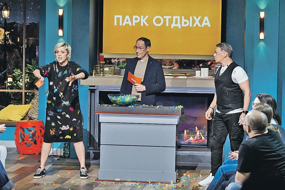 В новом шоу «Дело было вечером» Шац (в центре) устраивает веселые конкурсы для звезд (в кадре с Ольгой Шелест и «уральским пельменем» Сергеем Исаевым). Фото: Канал СТС