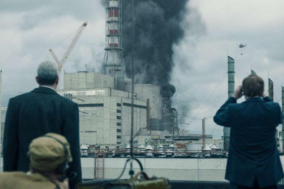 В реальности вертолет рядом со станцией упал спустя полгода после аварии, а не на второй день. Фото: «Чернобыль», Home Box Office