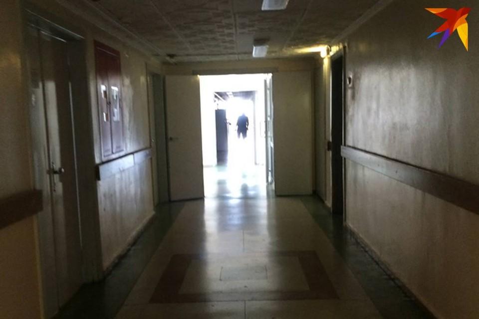 Мужчина хотел спуститься из окна больницы по простыням, но сорвался и погиб