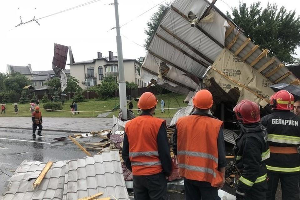 Упавшая крыша повредила линию электропередач. Фото: МЧС.