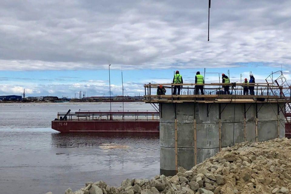 Замгубернатора Ямала оценил темпы строительства моста через Пур Фото: yanao.ru