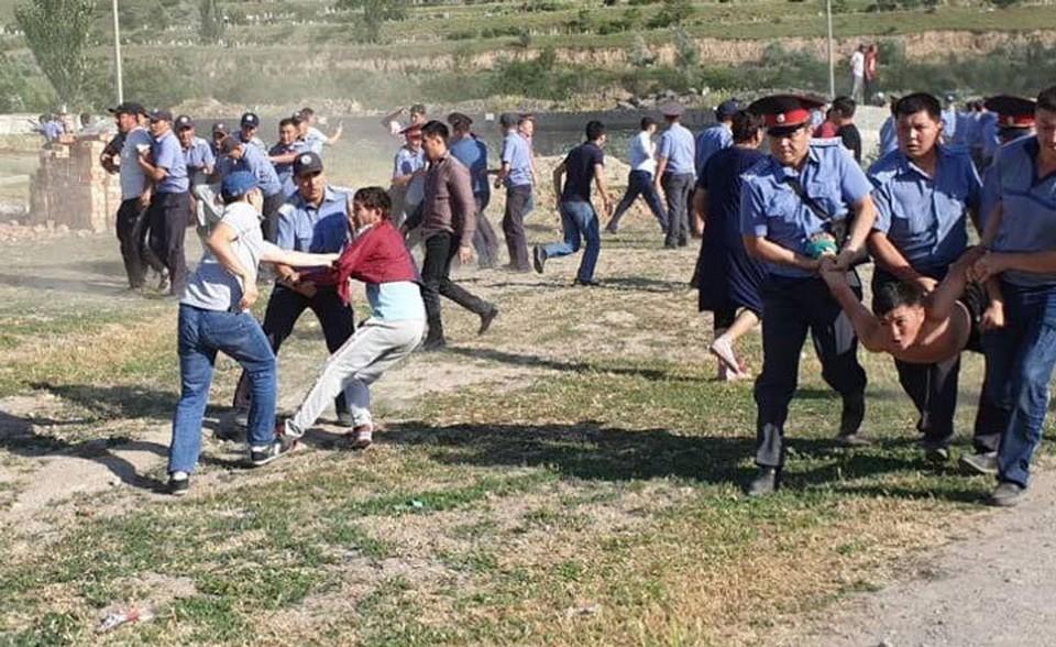 Милиция задержала более 30 зачинщиков беспорядков.