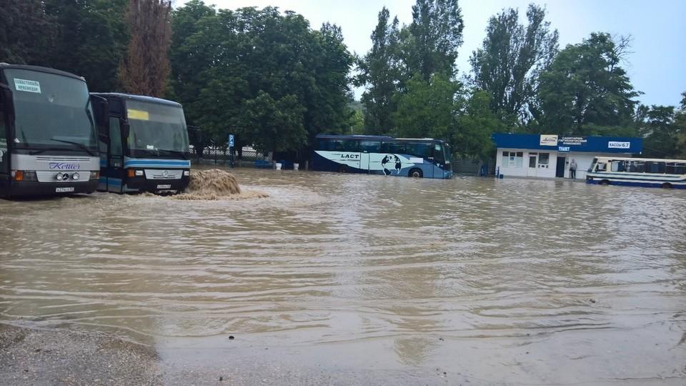 """Автобусы """"по колеса"""" в воде"""