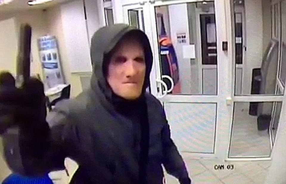 При налетах на банки преступники всегда скрывали лица под масками