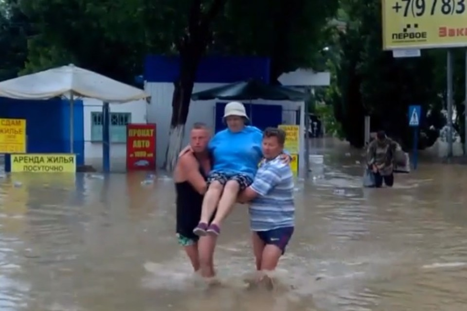 Люди вынуждены были идти по колено в воде.