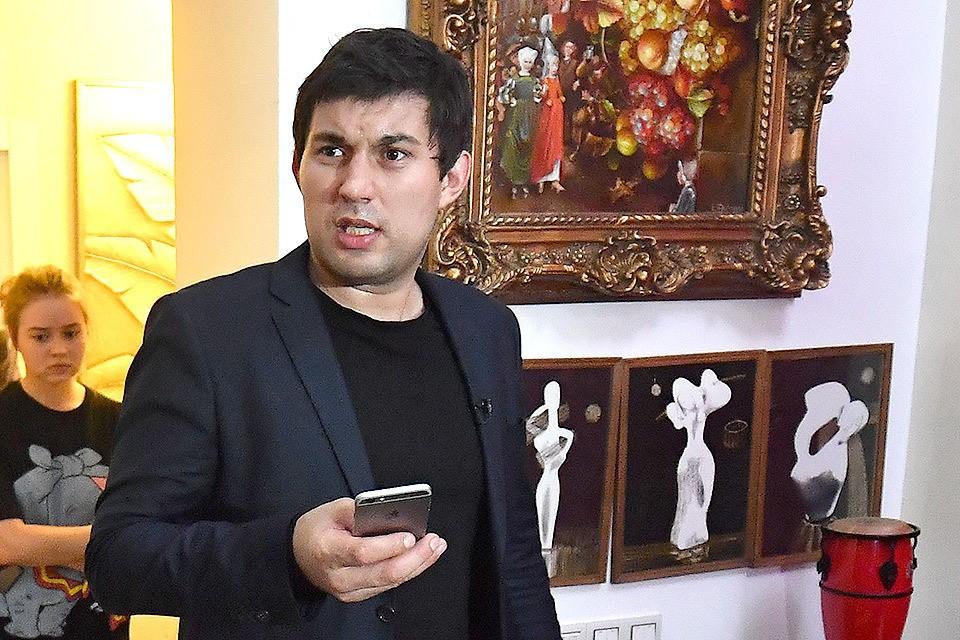 Сын Бари Алибасова пригласил журналистов в квартиру отца.