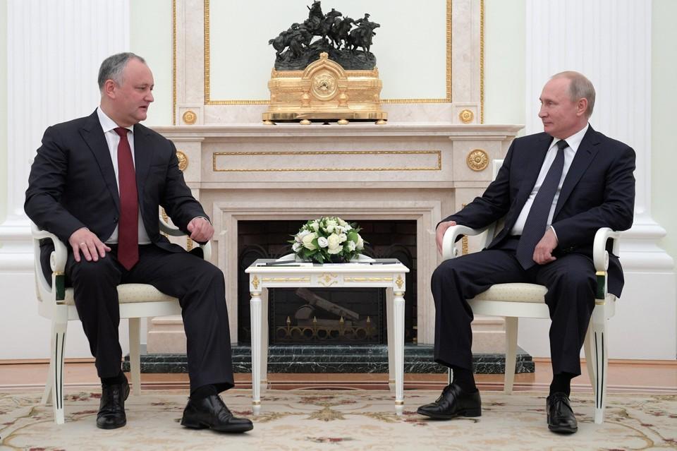 Игорь Додон и Владимир Путин (справа)