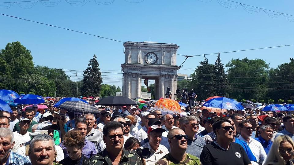 Демпартия предлагает 150 евро чиновникам в Единцах, чтобы те приехали в Кишинев в воскресенье