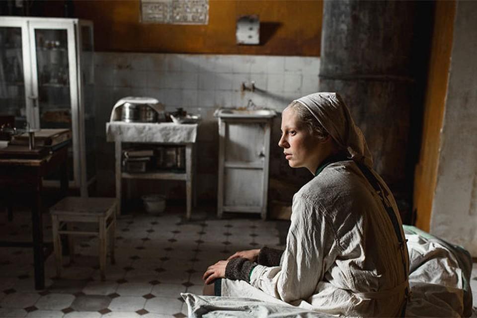 «Дылда» - история двух подруг, возвращающихся в 1945 году с фронта в Ленинград. Фото: скриншот трейлера «Дылда»
