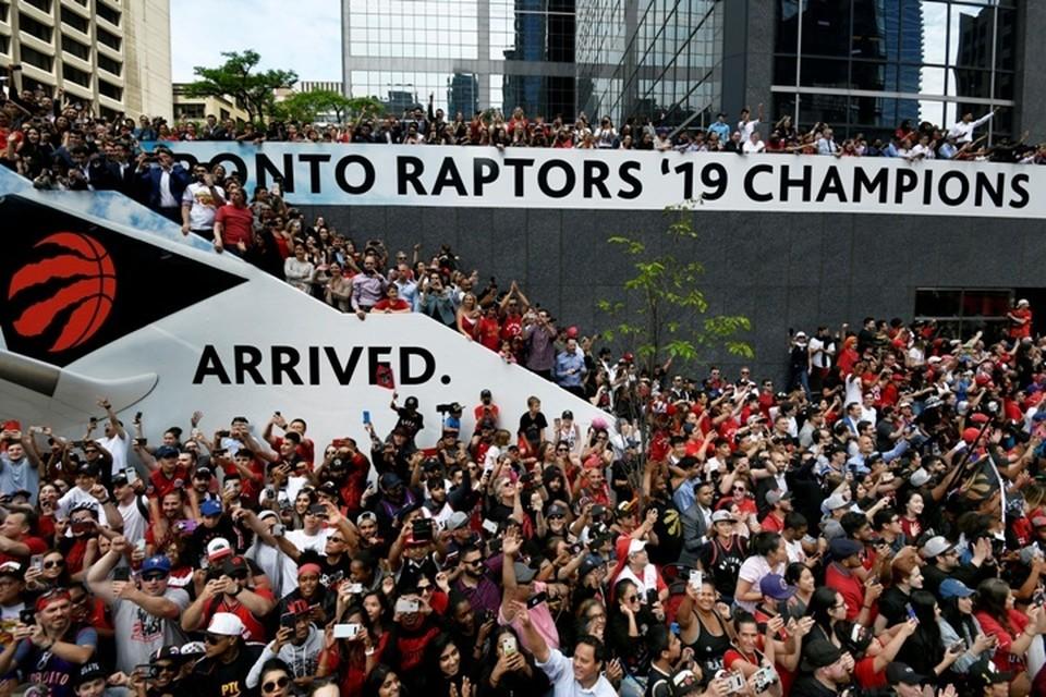На площади Натана Филлипса огромная толпа горожан праздновала победу баскетбольного клуба Raptors