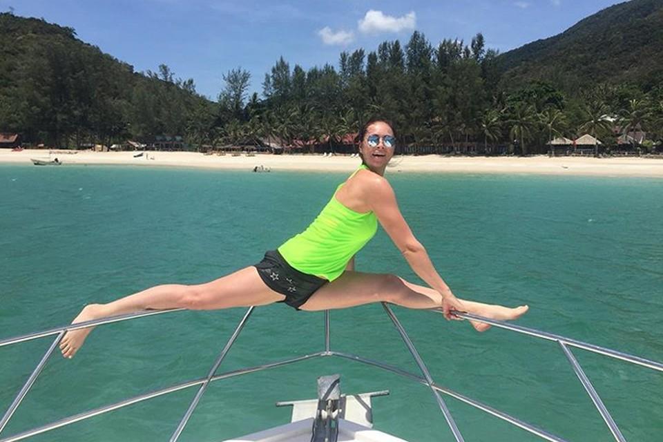 Во время прошлого отпуска Самбурская сделала шпагат на яхте и сравнила себя с Волочковой. Фото: Инстаграм.