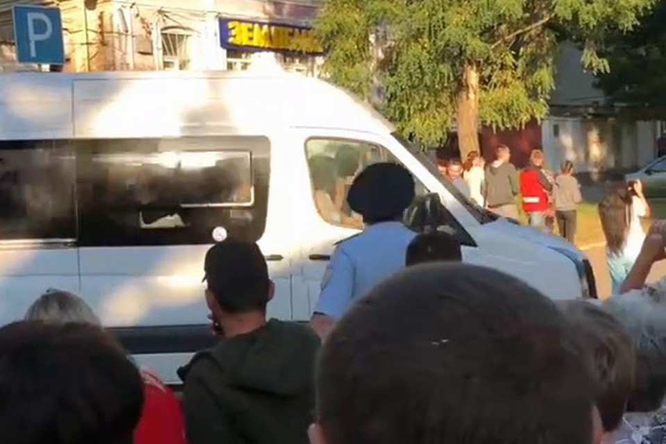 """За секунду до столкновения - на этом фото видно, как девушка в телефоном стоит перед капотом микроавтобуса, когда тот поворачивает. Стоп-кадр из видео Надежды Красновой из группы ВК """"Подслушано в Каменске-Шахтинском""""."""