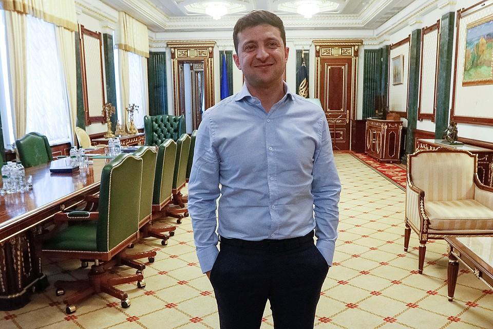 Владимир Зеленский в рабочем кабинете.