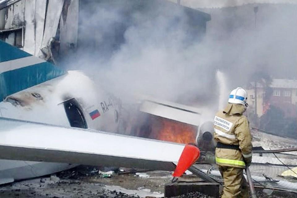 Самолет Ан-24 при аварийной посадке выкатился за пределы взлетно-посадочной полосы, врезался в небольшое здание и загорелся