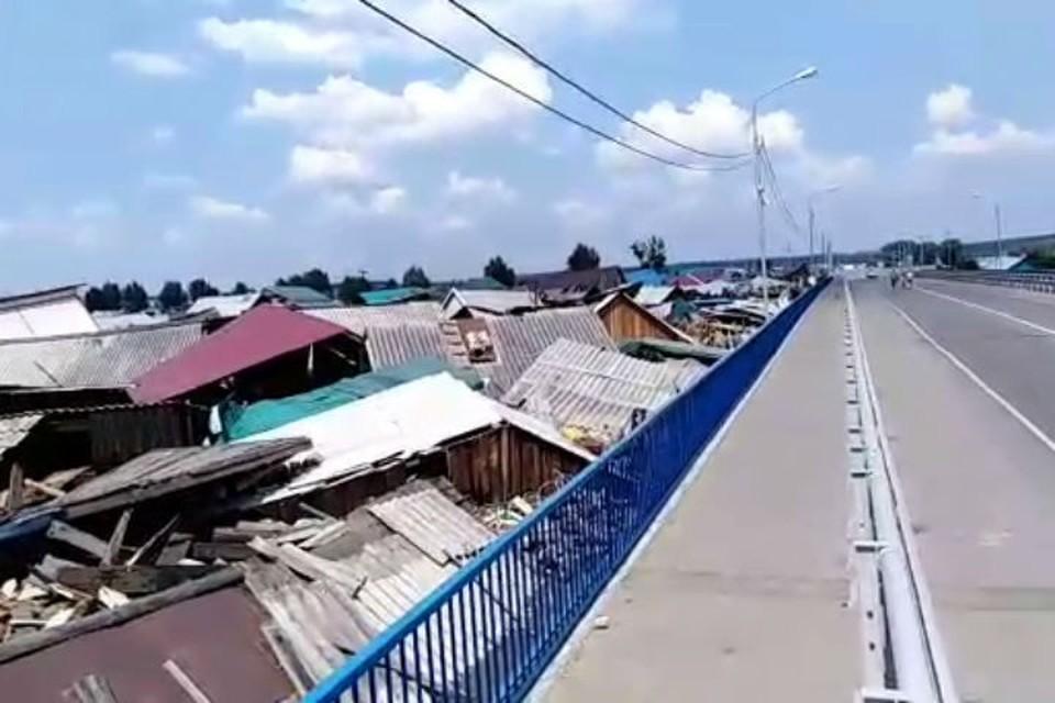 Видео потопа в Тулуне: десятки домов, смытых наводнением, прибило к мосту. Фото: соцсети