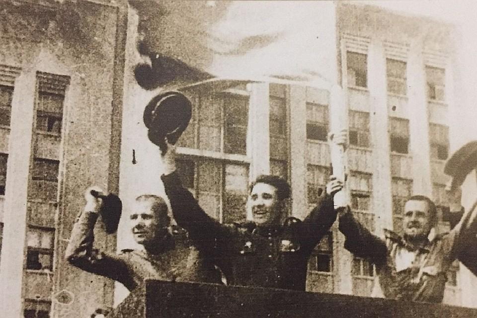 Освободителей Минска встречали цветами и подарками. Фото: музей ВОВ