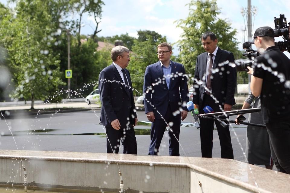 В селе Аргаяш глава региона оценил благоустройство фонтанной площади. Сейчас завершено асфальтирование. Работы идут по программе «Формирование комфортной городской среды».