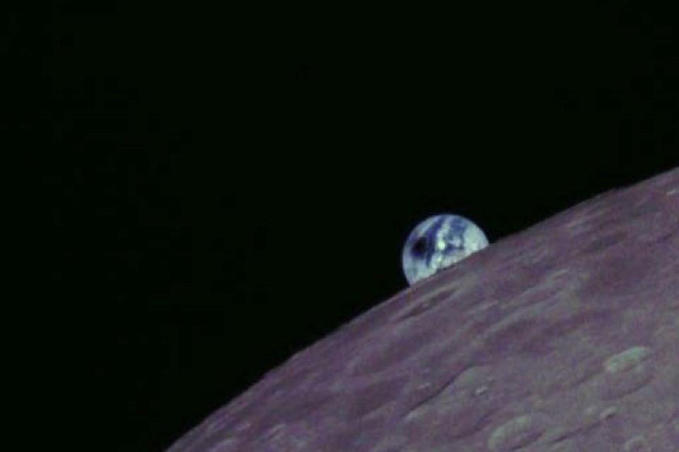 Земля, которая взошла на Луной, была с пятном.