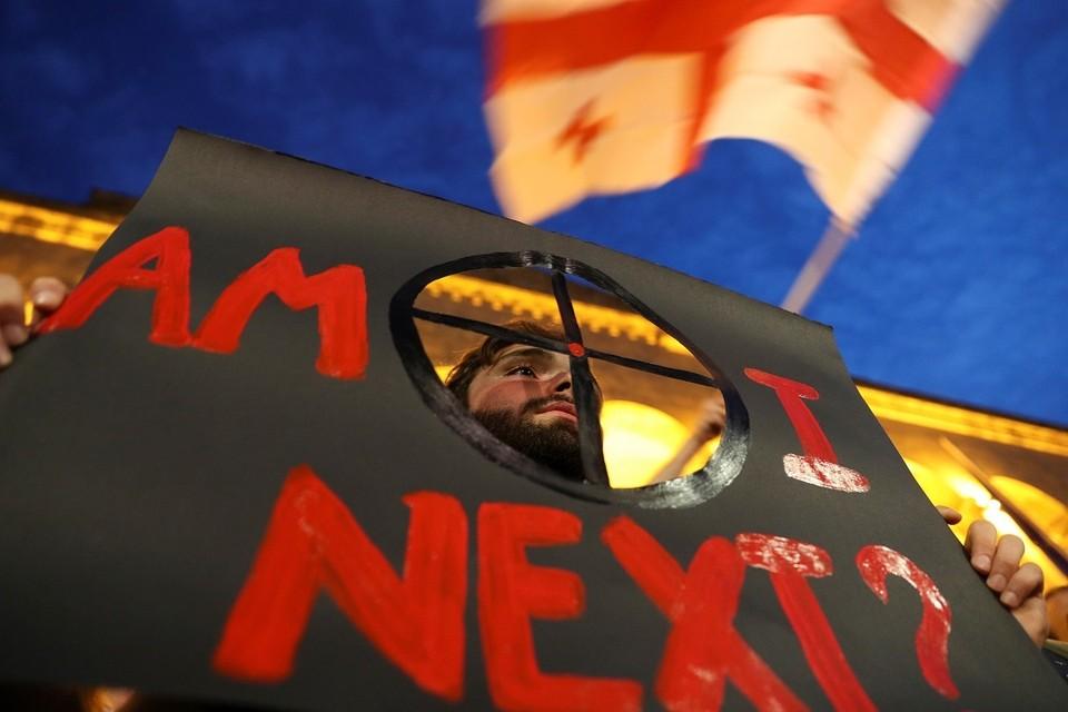 Антироссийские митингующие сидят на проспекте Руставели уже три недели