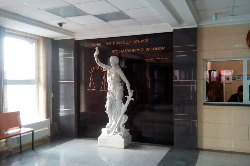 В здании суда Железнодорожного и Центрального районов.