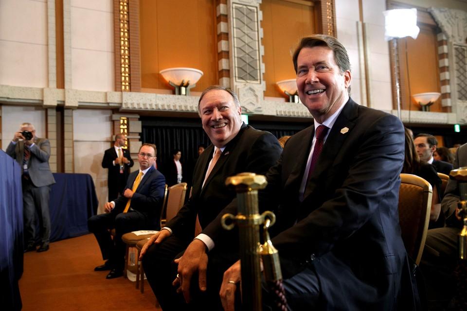 Госсекретарь США Майк Помпео рядом с послом США в Японии Уильямом Хагерти (справа)