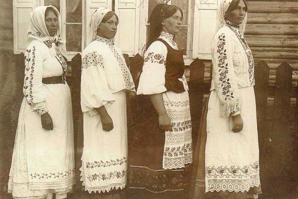 Разбираемся, когда белорусам удавалось по-настоящему отдохнуть и почему праздников предпочитали остерегаться. На фото - праздничные наряды в Мозырском районе на фото 1910-х годов Исаака Сербова.