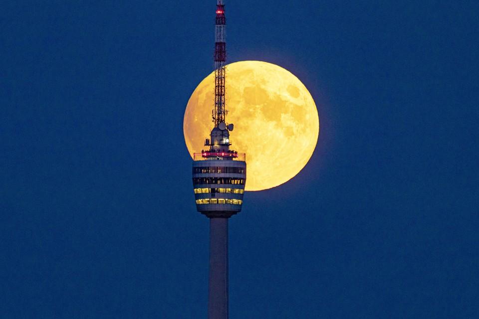Луна на фоне телебашни в немецком Штутгарте.