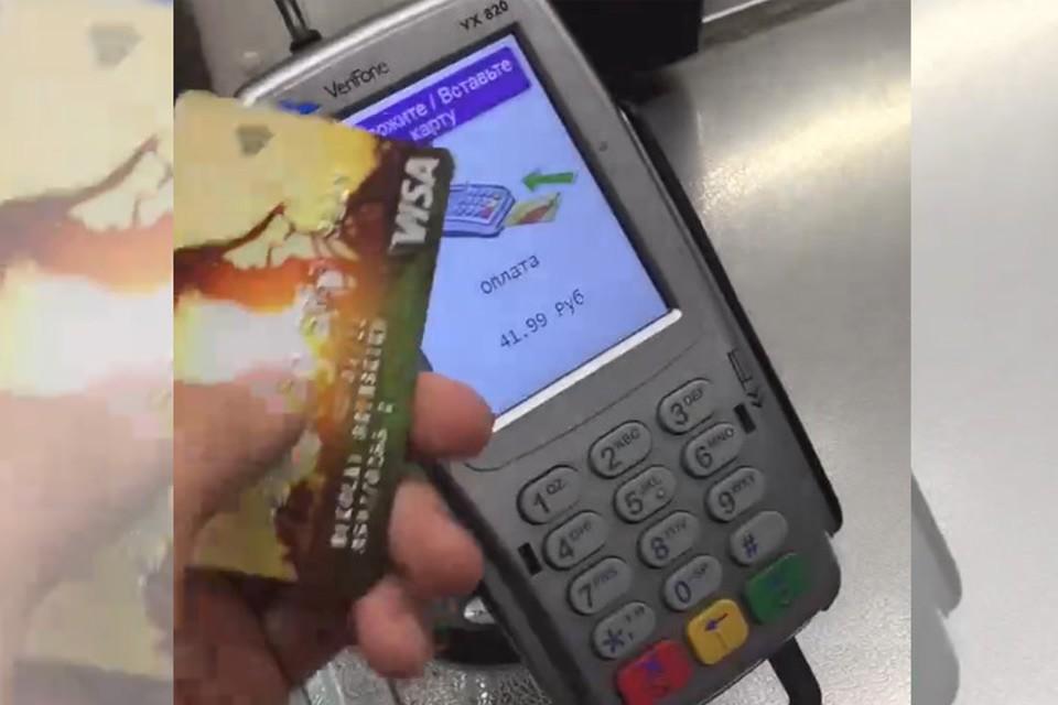 Молодой человек снял на видео, как он оплачивает чужие покупки. Кадр из видео, соцсети.