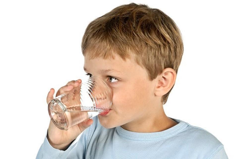 Картинка ребенок пьет воду из стакана