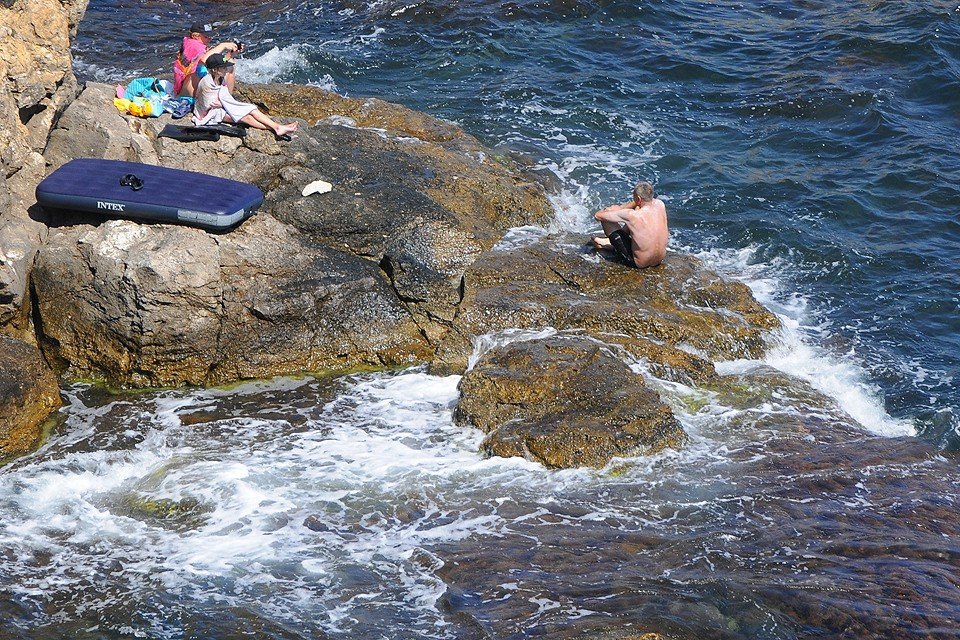 Туристы в бухте Оленевки.