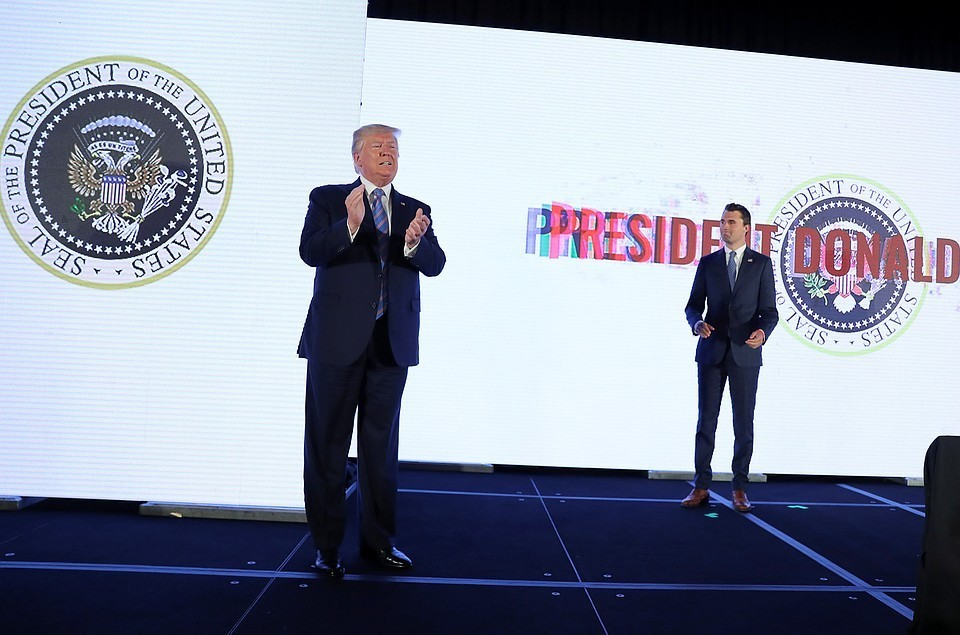 В США объяснили выступление президента на фоне двуглавого орла