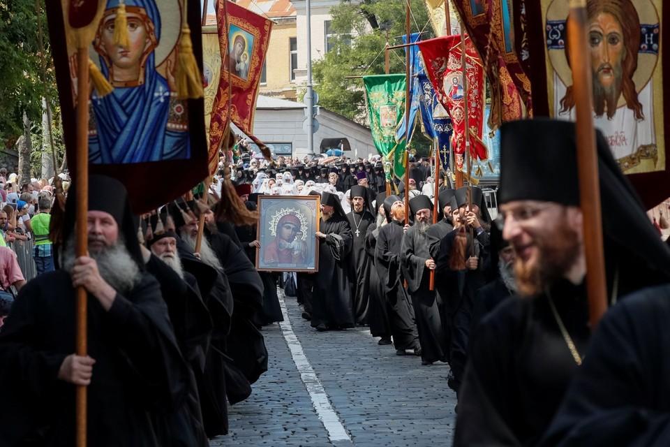 Крестный ход канонической церкви в Киеве с мощами и чудотворными иконами собрал 300 тысяч человек
