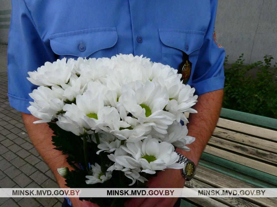 Похищенные цветы вернули имениннице. Фото: minsk.mvd.gov.by.