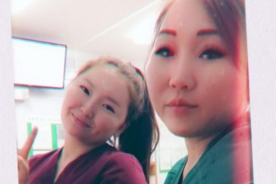 Марианна Григорьева и Сайыына Слепцова (справа) работают медсестрами в Республиканской больнице №2 - Центре экстренной медицинской помощи.