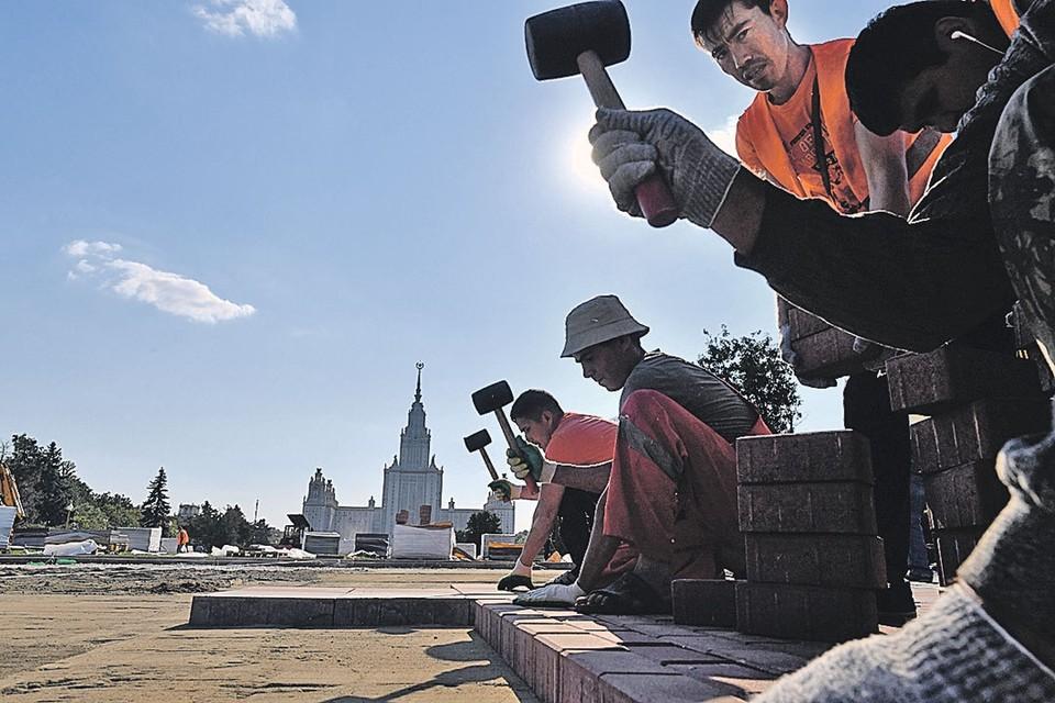 Уже во многих отраслях рабочих-россиян просто не встретишь. На строительстве дорог и домов, на уборке дворов в Москве или Петербурге работают одни гастарбайтеры.