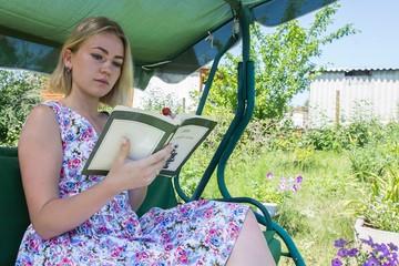 Гамаки и шашлыки вместо лейки и тяпки: половина россиян приезжают на дачу отдыхать, а не работать